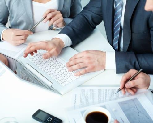 Insolvenz- und Sachwalter sind Teil des Sanierungsteams. Hand in Hand erfolgen die Abstimmungen zur Rettung und Fortführung des Unternehmens.